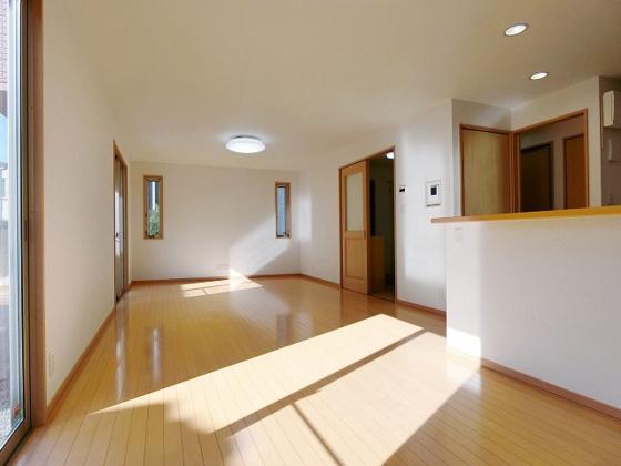 居間対面式キッチンからリビング全体を見渡せます