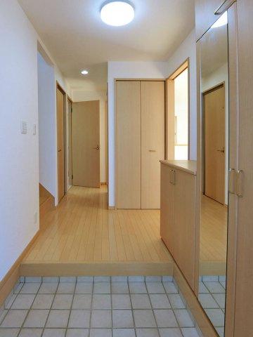 玄関収納も充実のゆったり玄関ホール