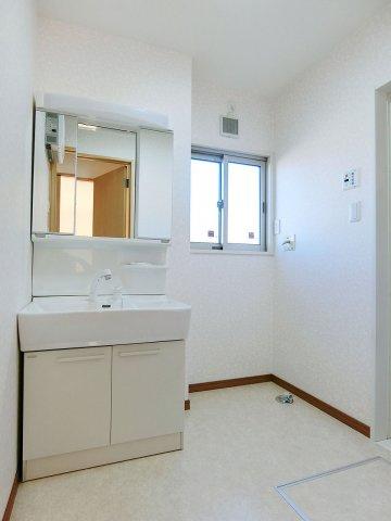 独立洗面台窓付きの明るい洗面所