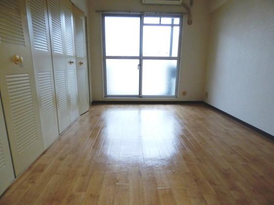 居間開放的な空間が広がっています。