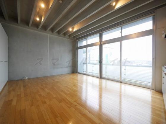居間木目調がお洒落なフローリング・開放感のある空間です。
