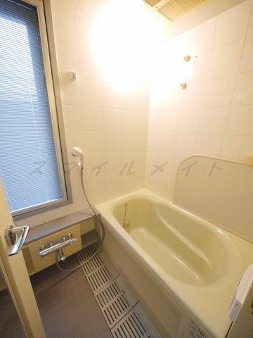 浴室雨の日も安心の浴室乾燥と経済的な追焚機能・窓のあるお風呂。