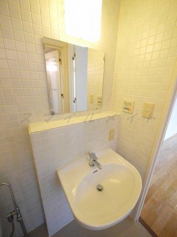 洗面所朝の身支度に便利な独立洗面台です。