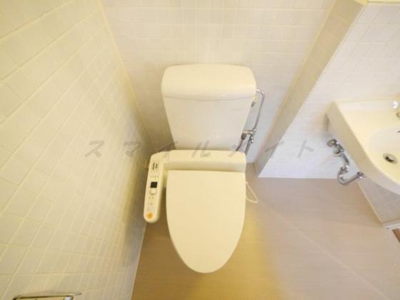 トイレ冬場も温かい温水洗浄便座と上部に棚も有ります。