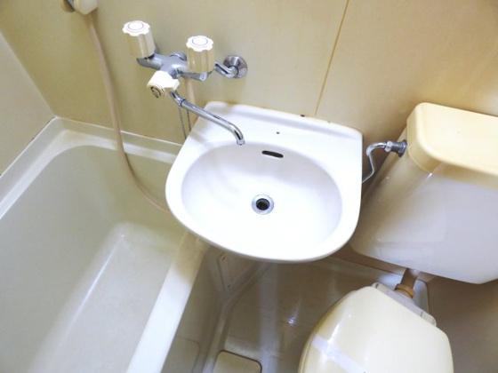 洗面所コンパクトな洗面台が付いています。