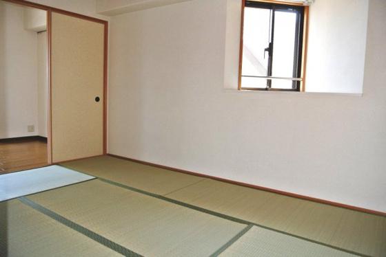 寝室和室には出窓がありますよ。