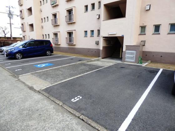 その他敷地内駐車場でマイカーも安心。