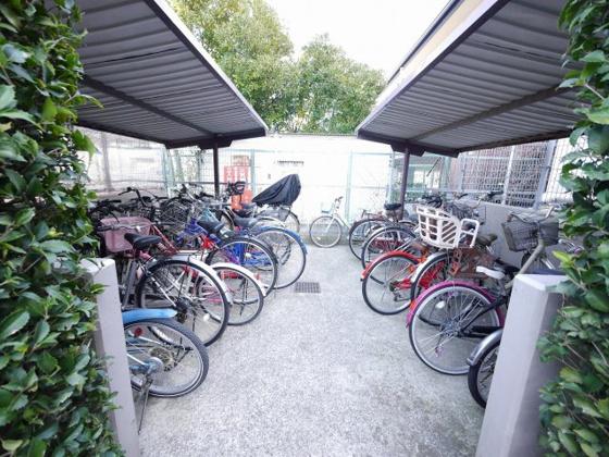 共有部分屋根付き駐輪場です。