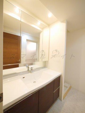 洗面所三面鏡・大きな鏡の綺麗な独立洗面所です。