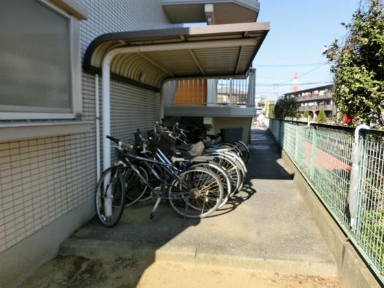 敷地に3ヶ所ある駐輪場(3ヶ所目)