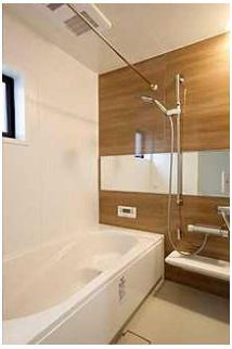 浴室半身浴もできる広々とした湯船があり、朝日を浴びながらの入浴も気持ちよさそう