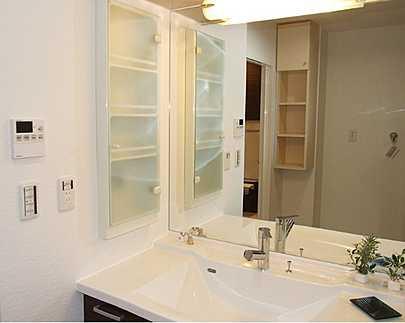 洗面所女性に嬉しい大きな鏡の洗面台です
