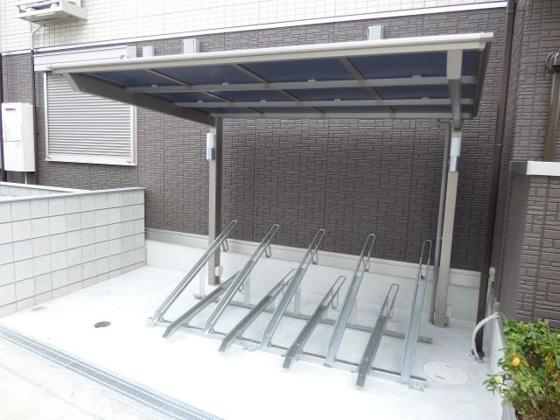 その他雨も安心の屋根付き駐輪場。