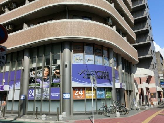 1階はフィットネスクラブ・その向かい側はセブンイレブン