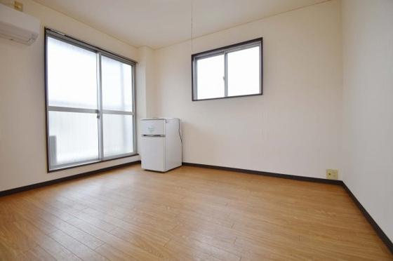 居間2面採光がうれしいお部屋。