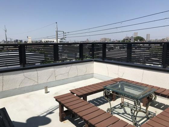 バルコニー屋上ルーフバルコニー①(現在写真のベンチ、テーブルなどの家具は撤去されています。)
