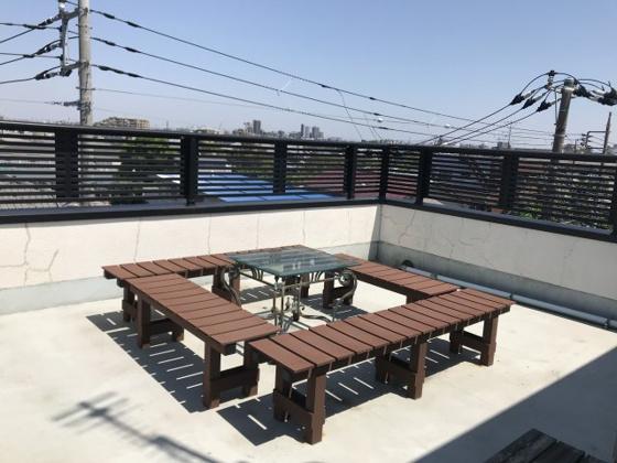 バルコニー屋上ルーフバルコニー③(現在写真のベンチ、テーブルなどの家具は撤去されています。)