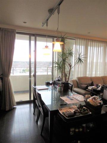 居間オーナー居住中のため、家具が置いてあります。(入居時は撤去予定)