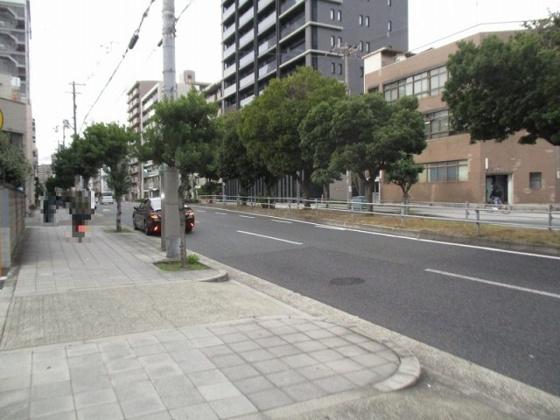 前面は歩道付きの公道です