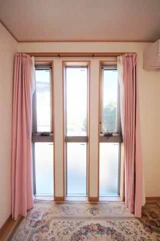 洋室お洒落な窓