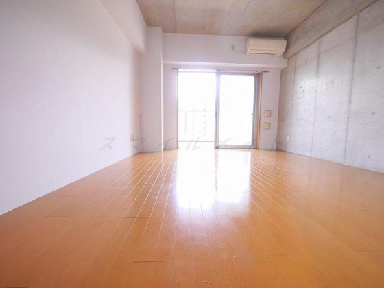 居間コンクリートのおしゃれなお部屋です