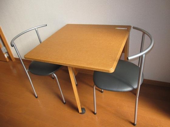 内装折りたたみ式のテーブル