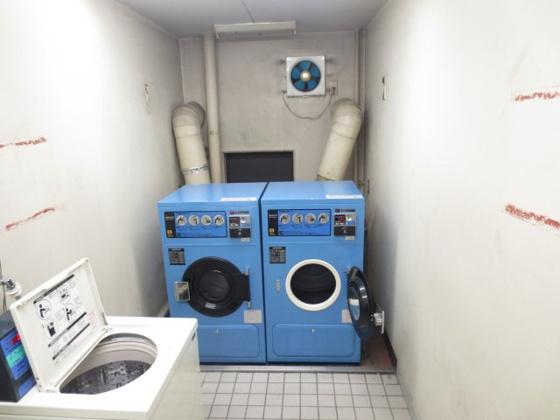 その他室内に洗濯置き場なし。建物1階にコインランドリー設置