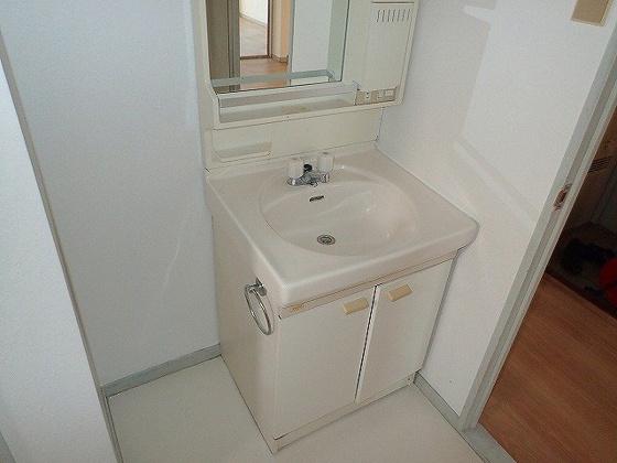 独立洗面台同型の写真ですので、若干部屋の雰囲気は違います。