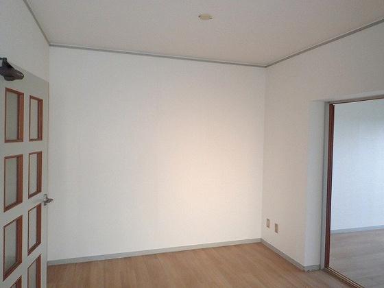 居間同型の写真ですので、若干部屋の雰囲気は違います。