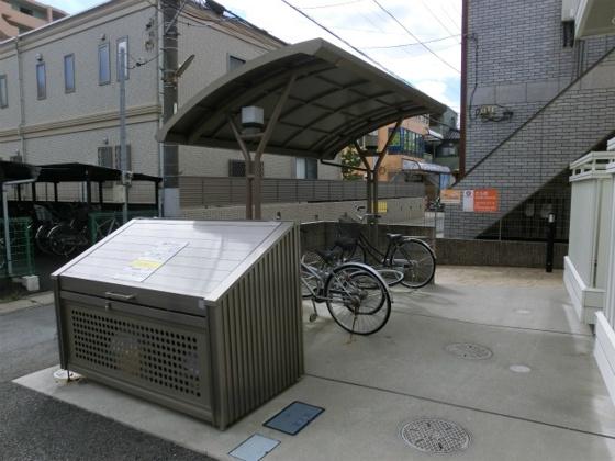 共有部分ゴミ置き場とその奥に駐輪場
