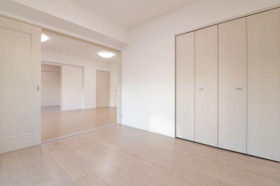 洋室南東側からの採光タップリで室内大変明るい洋室約5.8帖です。リビングと続き間で使い勝手大変良好です(フローリング・クロス張替、建具新調、照明器具・レースカーテン付き等)