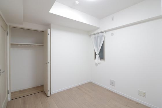 洋室洋室約5.6帖にも窓が2面あります。しっかり収納出来るクローゼットも付いていて子供部屋に最適です(フローリング・クロス張替、建具新調、照明器具・レースカーテン付き等)