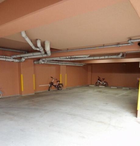 大切なお車を雨から守る屋根付き駐車場です、月額22,000円です(空き状況は随時管理事務所で確認が必要です)