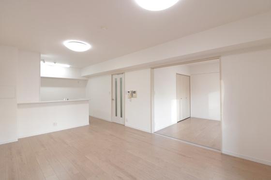 居間採光タップリで大変明るいLDKは約16帖もあります(フローリング・クロス張替、建具新調、照明器具・レースカーテン付き等)