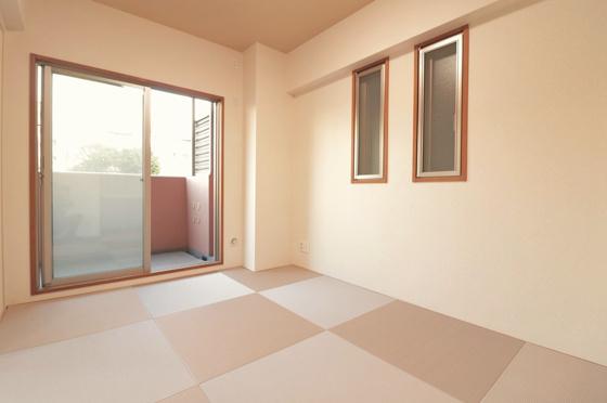 和室南東向きバルコニーから陽ざしが入り、南西側にも窓があり大変明るい和室約6帖です。タップリ収納出来る押入もあります。(モダンな琉球畳新調、クロス・襖張替、照明器具付き等)