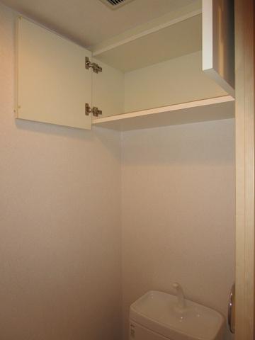 トイレトイレに収納棚があり大変便利です