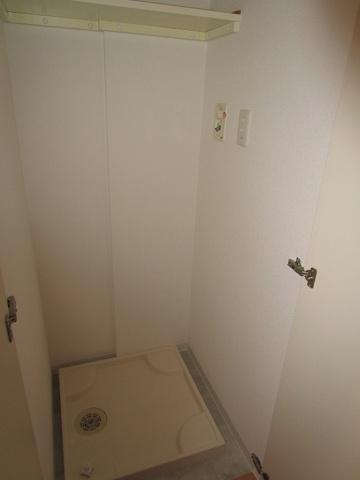 その他玄関にある洗濯機置き場です