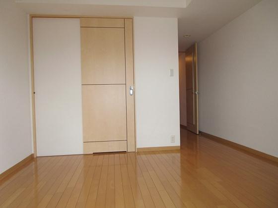 洋室キッチンスペースには引き戸があり、来客時にはキッチンを隠す事が出来ます。最上階に付き、陽当り・通風・眺望大変良好です。エアコン付きの洋室です。(クロス張替、ハウスクリーニング済み)