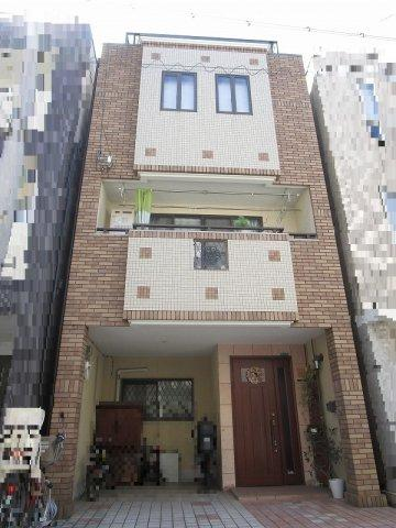 その他外観 平成17年12月建築の鉄骨造3階建。大阪メトロ千日前線・今里筋線 今里駅まで徒歩2分の好立地です。広々とした屋上があり、休日は家族や友人を呼んでバーベキューも出来ます。令和3年5月に屋上塗装工事