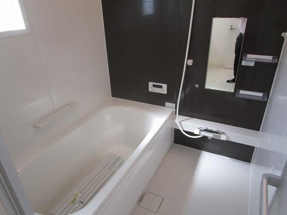 浴室浴室暖房乾燥機付きの浴室ユニットバスです。1坪タイプで広々としていて、家族で入浴も出来ます。