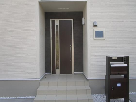 スッキリとした玄関で、宅配ボックスも付いています