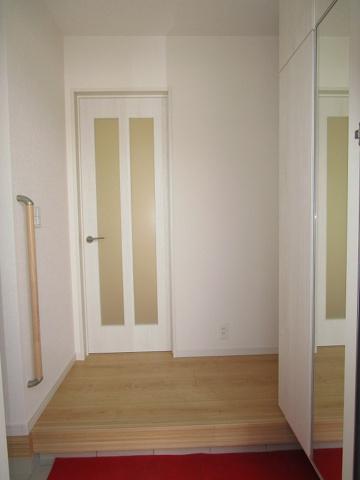 広々とした玄関でシューズインクローゼットとミラー付きのシューズボックスがあり、キレイに片付く玄関です