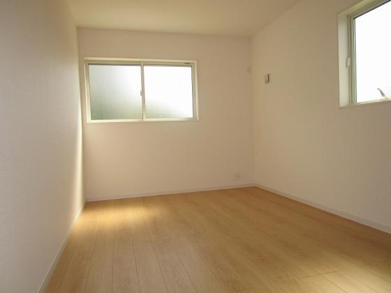 洋室洋室7.25帖:南と西からの採光タップリで室内大変明るく通風も大変良好です。タップリ収納出来るクローゼットも付いています。
