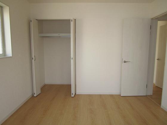 洋室洋室7帖:東と北側に窓があり、採光通風良好です。収納もタップリ出来るクローゼットがあります。