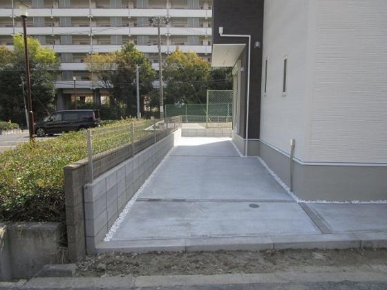 駐車2台可能な大型ガレージです。自転車やバイクもたくさん止められます。