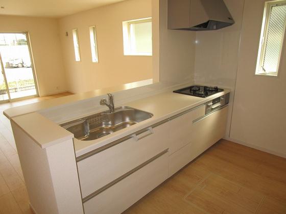 キッチン開放感タップリの対面キッチンです。浄水器一体型のシステムキッチンです。キッチンには床下収納もあります。
