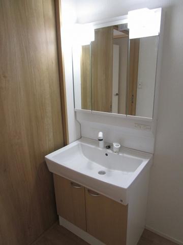 独立洗面台3面鏡付きのワイドなシャンプードレッサーです。使い勝手も良好です。