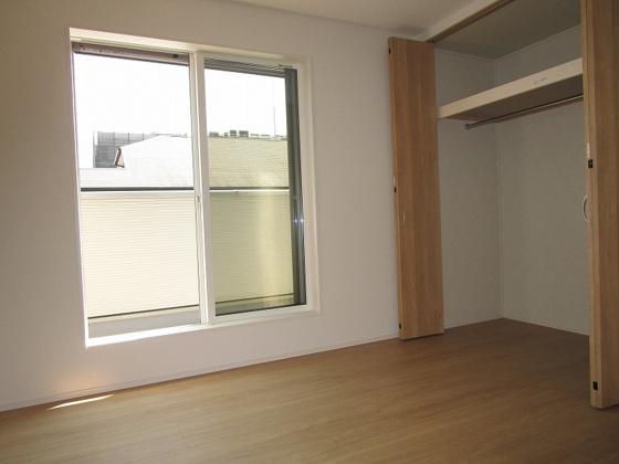 洋室3階洋室6帖:南向きのバルコニーがあり、南側に高い建物が無く採光タップリで室内大変明るく通風も良好です。タップリ収納が出来るクローゼットもあります。