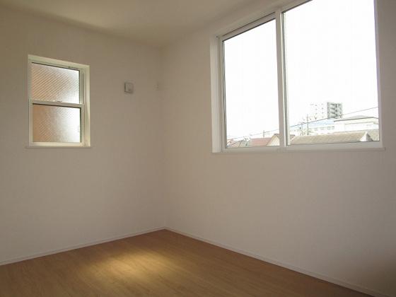 洋室3階洋室5帖:北側(道路側)と東側に窓があり、採光タップリで室内大変明るく通風も良好です。タップリ収納が出来るクローゼットもあります。