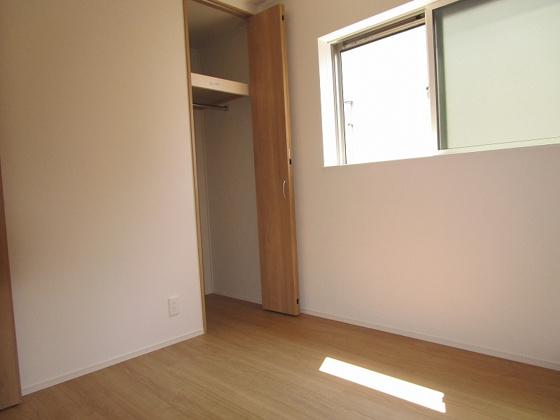 洋室3階洋室4.5帖:採光タップリで室内明るく通風も良好です。クローゼットもあります。